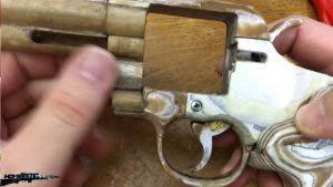 如何用纸板制作一把仿真左轮手枪 (4)
