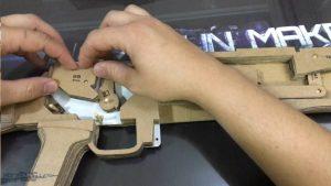 如何用纸板制作一把连发橡皮筋的纸板玩具枪wgog943 (7)